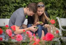 Junge Leute mit Smartphones